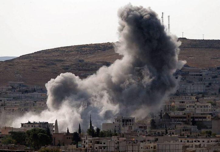 Imagen tomada desde territorio turco que muestra el humo producto de los bombardeos de EU y aliados árabes contra el Estado Islámico, en Kobani, Siria. (AP)