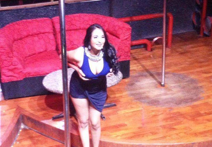 La expolicía Nidia García, que se desnudó en las redes sociales, es ahora toda una bailarina que gana por cada presentación entre 700 y mil 200 dólares. (Facebook)
