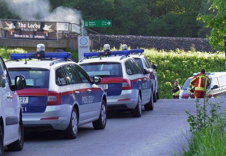 En esta imagen captada de la televisión se ve a la policía llegando al lugar donde se registró una balacera en Nenzing, Austria, este domingo. (Laendle.TV vía AP) AUSTRIA OUT