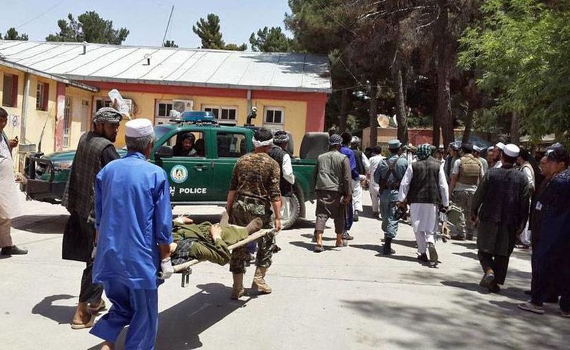Un atentado suicida en Afganistán dejó saldo de más de 15 muertos. En la imagen, voluntarios rescatan a un hombre herido por la explosión. (AP)