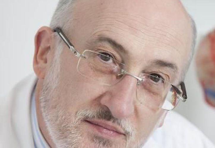 El científico español Ramón Cacabelos, director del proyecto, presentó en rueda de prensa la vacuna EB-101. (www.facebook.com)