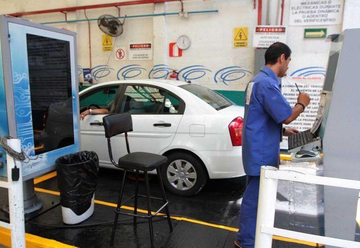 El gobierno de la Ciudad de México comenzó con los trámites de verificación para conceder los cuatro engomados a vehículos de acuerdo con el nivel de contaminantes que emitan. (Notimex)