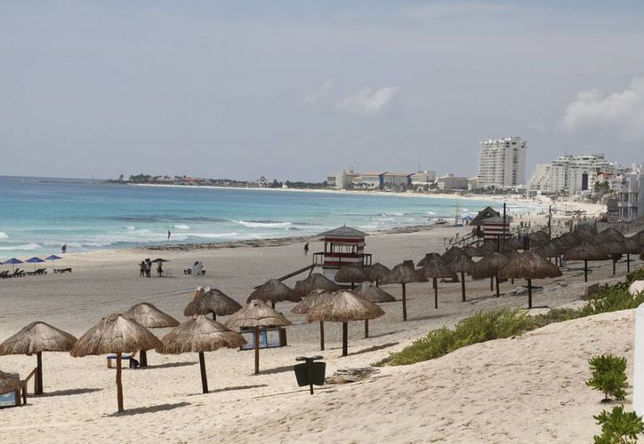 La primera silla anfibia ofrece servicio en Playa Delfines. (Tomás Álvarez/SIPSE)