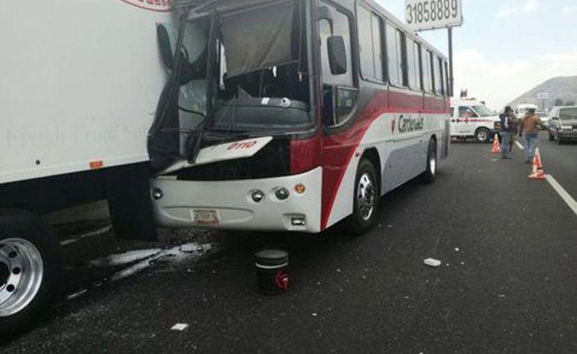 Imagen del choque entre un autobús de pasajeros y un tráiler en la autopista México-Puebla. Se reportan 16 heridos (Milenio)