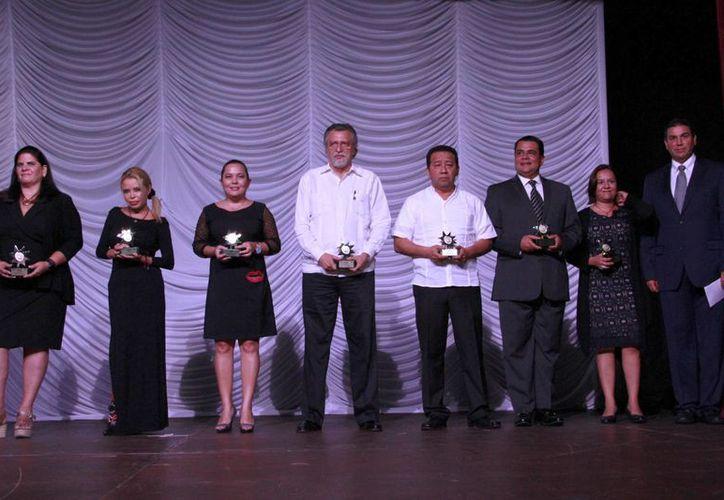 Colaboradores que recibieron reconocimiento. (Tomás Álvarez/SIPSE)