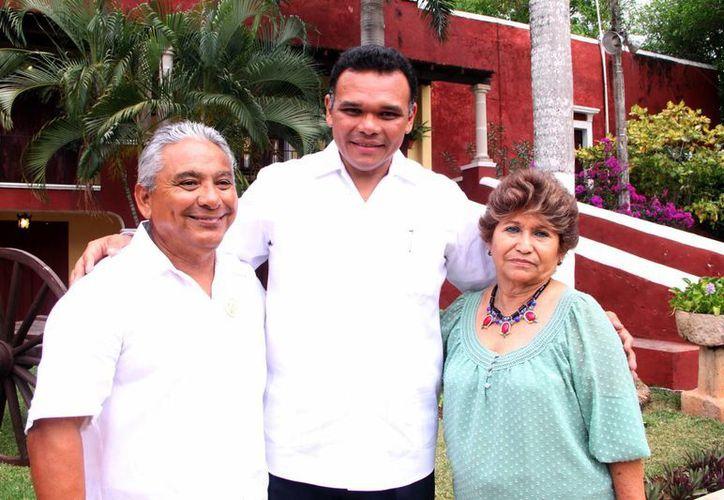 El gobernador de Yucatán, Rolando Zapata Bello, flanqueado por el profesor José Ricardo Collí y esposa Socorro Maldonado. (José Acosta/SIPSE)