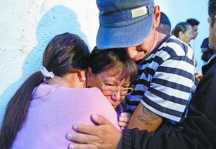 Familiares de las víctimas, a las afueras del 'bunker' de la Procuraduría capitalina. (Milenio)