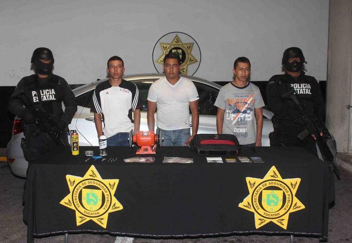 El colombiano y los mexicanos detenidos por asaltar con el 'truco de la llanta ponchada'. (Cortesía SSP)