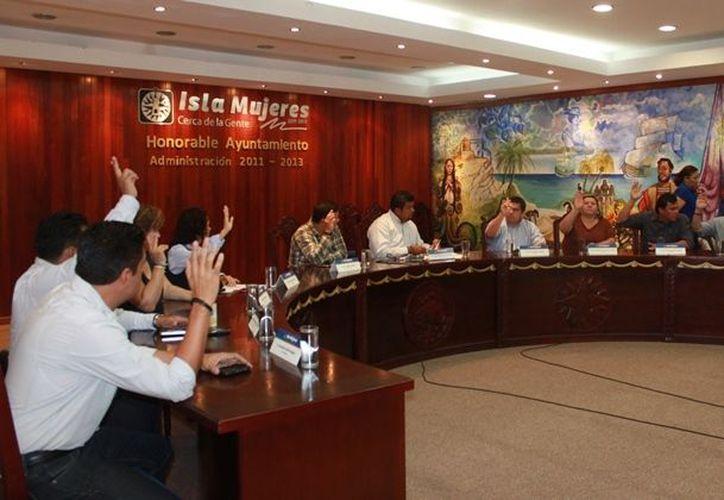 La sesión fue presidida por el primer regidor Julio Osorio Magaña, en ausencia del presidente municipal. (Lanrry Parra/SIPSE)