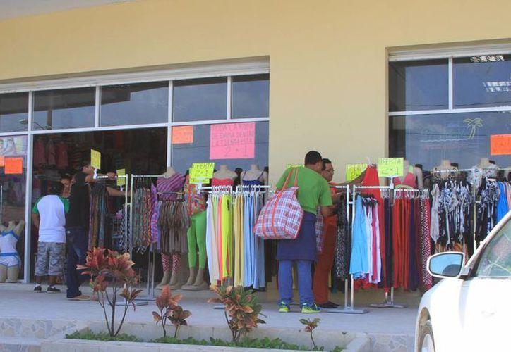 Comerciantes de la Zona Libre han sufrido una baja en las ventas. (Ángel Castilla/SIPSE)