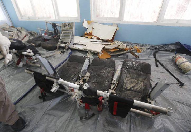 Parte de unas sillas para pasajeros que pertenecieron al avión de AirAsia siniestrado el pasado 28 de diciembre. (EFE)