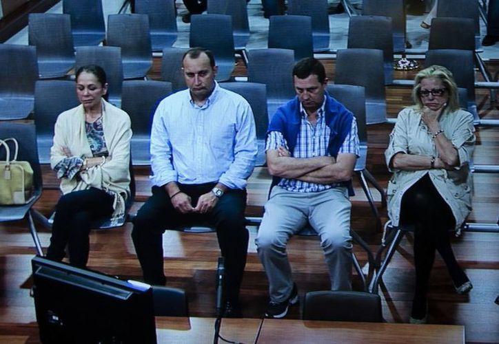 Imagen tomada del monitor de la sala de prensa de la Audiencia de Málaga, de la cantante Isabel Pantoja (izq.), sentada en el banquillo de acusados de la Audiencia de Málaga. (EFE)