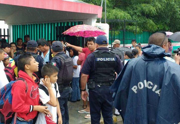 El director de la escuela solicitó la presencia de la Policía para calmar a los padres de familia indignados. (Adrián Barreto/SIPSE)