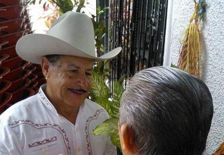 """Al homenaje asistió Armando """"El torito"""" Infante (izq), hijo del artista. (Cecilia Ricárdez/SIPSE)"""