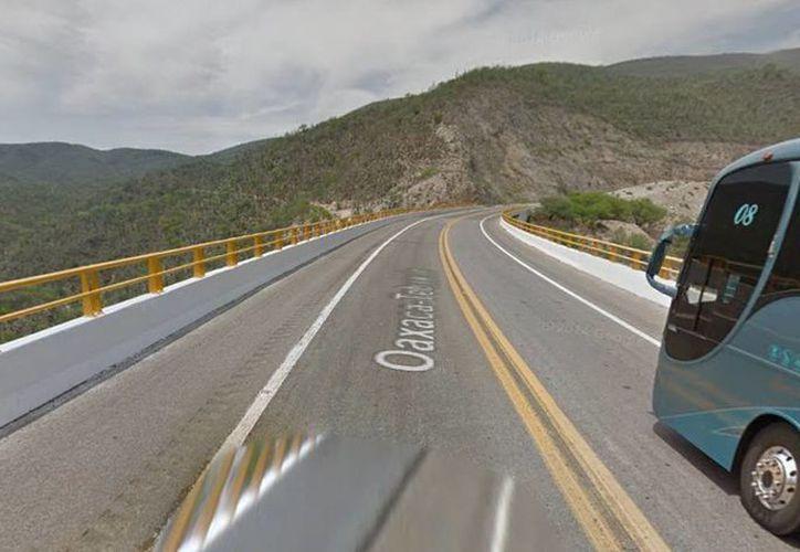 Imagen del puente Calapa que está en el límite entre Oaxaca y Puebla donde se originó la volcadura del autobús al vacío. (Google maps)