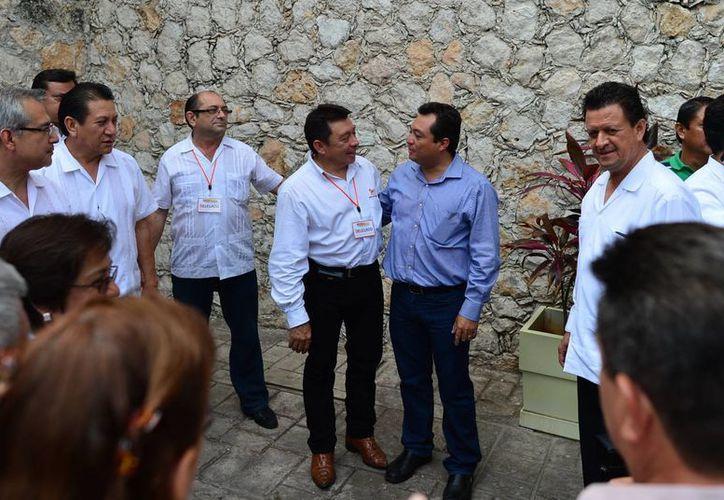 El nuevo dirigente de la Sección 33 del SNTE, Crescencio Gutiérrez, recibe el apoyo del profesorado local. (Luis Pérez/SIPSE)