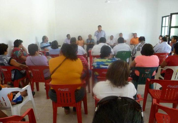 El secretario de Gobierno visitó la isla Holbox. (Raúl Balam/SIPSE)