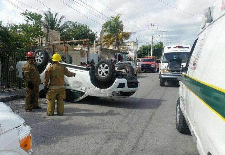 Bomberos y policías se hicieron cargo de un accidente de tránsito en la Región 232 de Cancún. (Redacción/SIPSE)