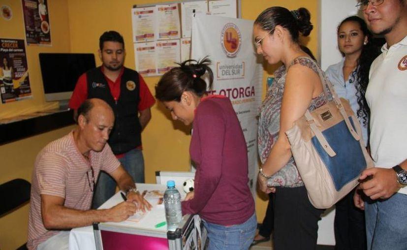 Missael Espinoza en una firma de autógrafos en Cancún. (Archivo/SIPSE)