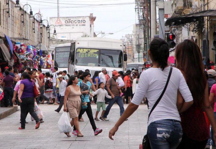 En Yucatán las fiestas decembrinas se viven en un ambiente de paz y armonía social, destaca el gobernador en su mensaje navideño. La imagen es de una calle de Mérida saturada de compradores. (José Acosta/SIPSE)