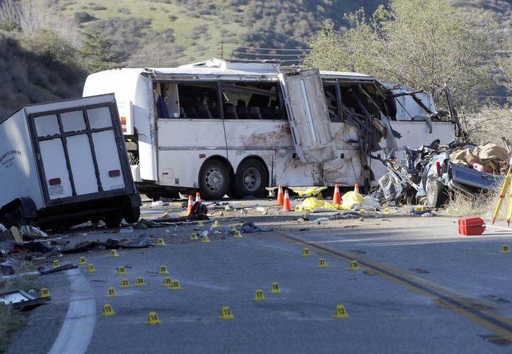 El choque dejó en la carretera escombros, miembros de cuerpos y ropa de invierno. (Agencias)