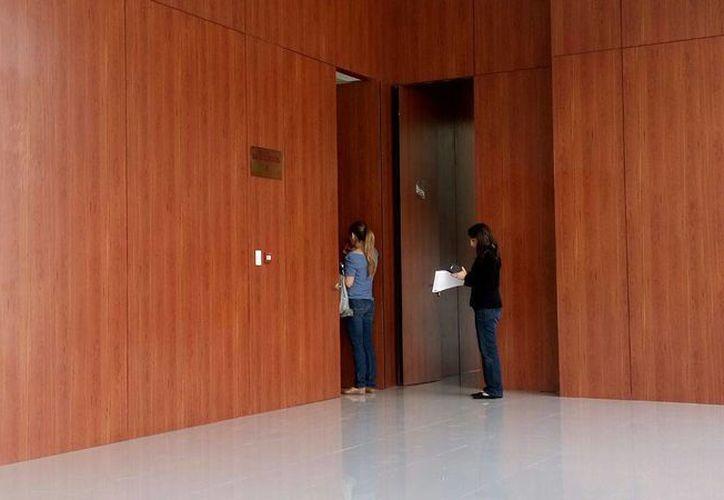 Este viernes se celebró el segundo día del juicio oral por el millonario fraude cometido contra Marysa Torre Fuentelzas, quien compró un departamento que sería construido en Chicxulub puerto y al final no le entregaron ni el departamento ni el dinero. (Foto cortesía)