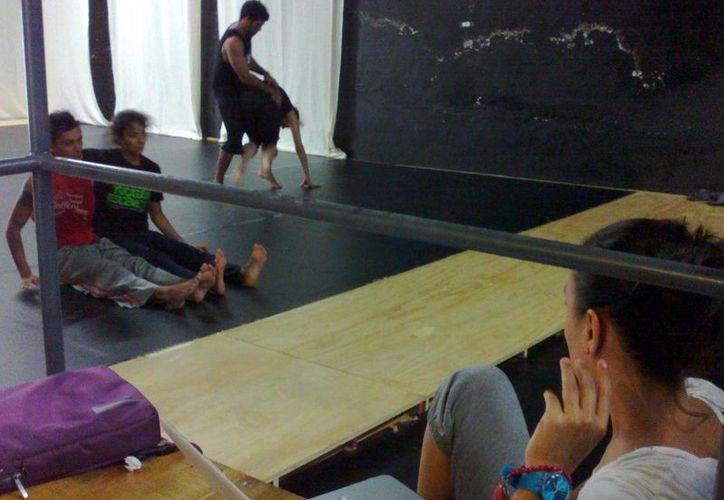 Bailarines ensayan los pasos que presentarán en El Caos, un homenaje a los 25 años de trayectoria artística de Lourdes Luna. (Milenio Novedades)