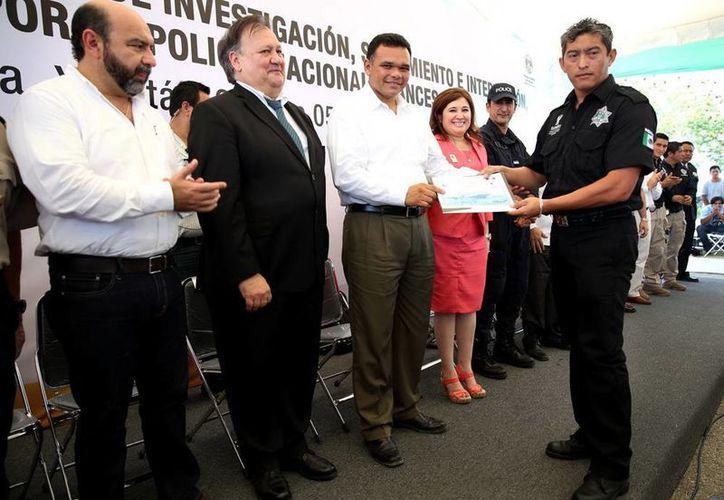 Rolando Zapata entregó ayer reconocimientos a los agentes de la Fiscalía General del Estado (FGE). (Cortesía)