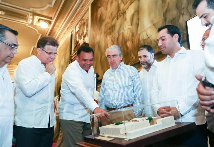 La construcción del Palacio de la Música en el Centro Histórico de Mérida dificultará el tráfico peatonal y vehicular. En la foto, el Gobernador de Yucatán durante la presentación del proyecto. (SIPSE)