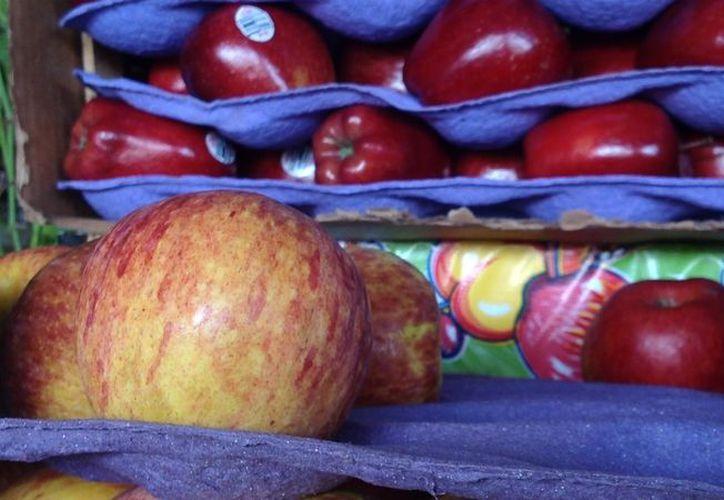 El kilo de manzanas tiene ahora un precio de 35 pesos en la Central de Abastos.  (David Pompeyo/SIPSE)
