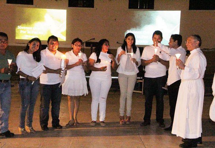 Los participantes en la velada de oración pidieron por la justicia, la paz y la tolerancia. Imagen de los asistentes que vistieron de blanco y portaron velas durante la oración. (Milenio Novedades)
