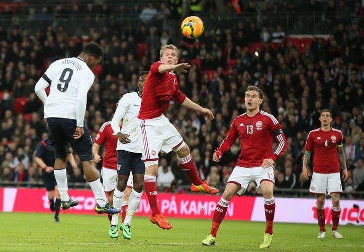 Sturridge, de cabeza, hizo el gol con el que por fin Inglaterra pudo batir la meta del danés Kesper Schmeichel, hijo del exarquero Peter Schmeichel. (Agencias)