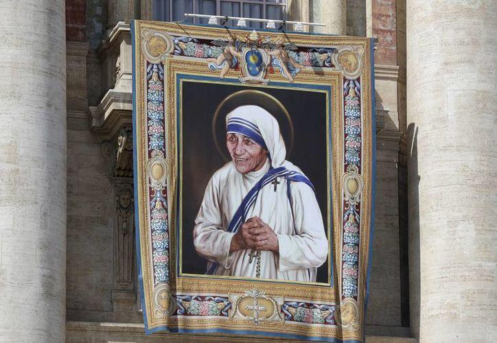 Una imagen de la Madre Teresa cualga desde el balcón central de la Basílica de San Pedro, en la plaza de San Pedro, en el Vaticano. (AP/Alessandra Tarantino)