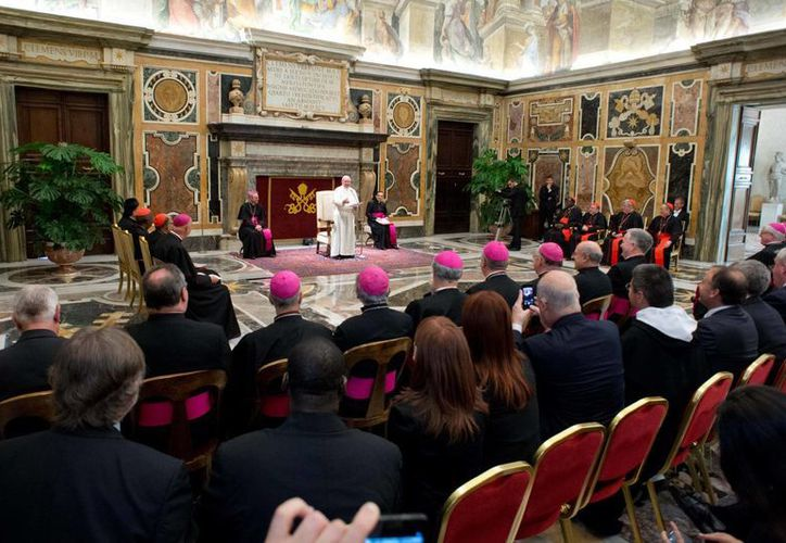 El Papa Francisco con autoridades del Vaticano en reunión de este sábado. (Agencias)