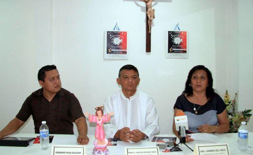 El Pbro. Amílcar Matías Rosado (c) encargado de la iglesia en Los Héroes, acompañado de los organizadores del evento, Gerardo Puga Salazar y Carmen Zel Cruz. (Milenio Novedades)