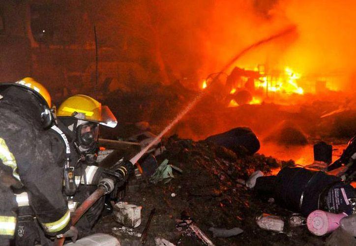 Un incendio en una fábrica de químicos en Córdoba, Argentina, dejó como saldo 66 heridos, según los primeros informes. El fuego afectó incluso predios aledaños. (losandes.com.ar)