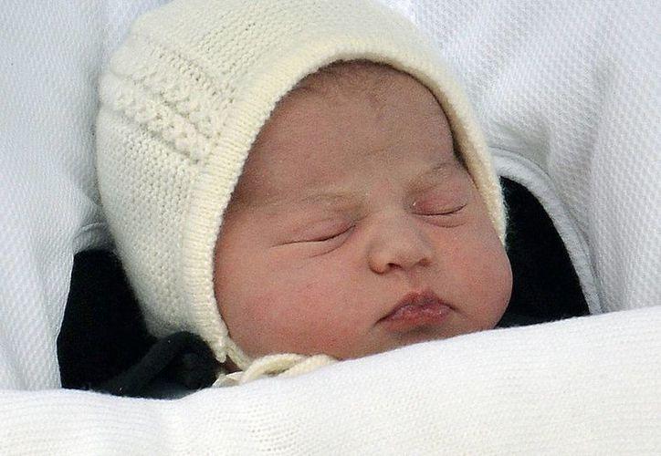 La princesa recién nacida de Gran Bretaña fue nombrada como  Carlota Isabel Diana (Charlotte Elizabeth Diana) por sus padres el príncipe Guillermo y su esposa Catalina, duquesa de Cambridge. Imagen de la bebé a su salida del Hospital St. Mary's de Londres. (AP)