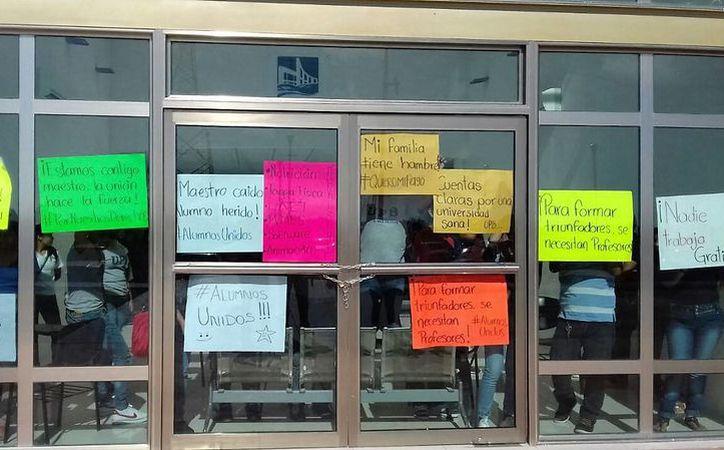 Los alumnos solicitaron a las autoridades educativas solventar el pago a los maestros. (Javier Ortíz/ SIPSE)