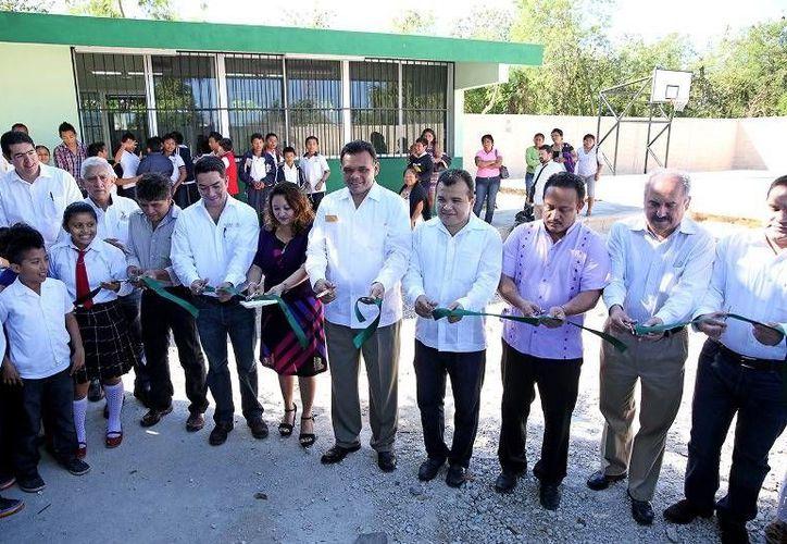 """En Cacalchén, el Gobernador entregó la ampliación de la red eléctrica e inauguró un aula didáctica y una cancha en la primaria """"Ignacio Allende"""". (Cortesía)"""