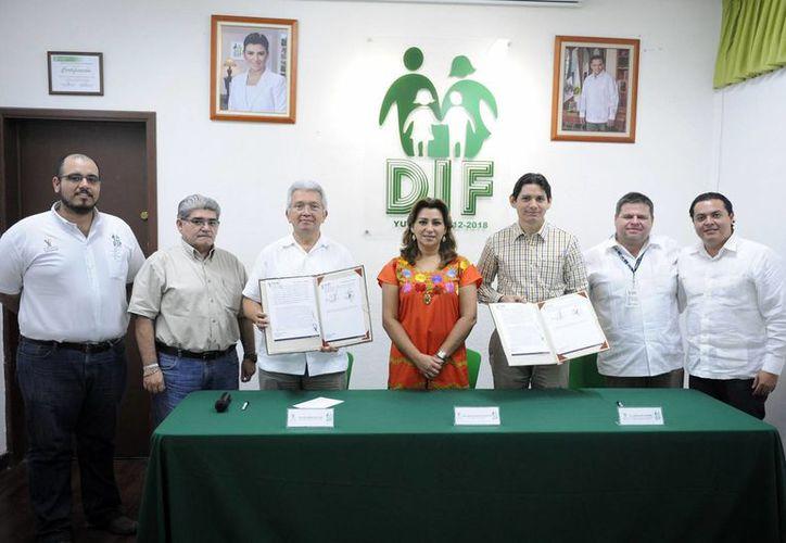 Firma de acuerdo entre autoridades del DIF y Cultur, lo que permitirá que personas en situación puedan acceder de forma gratuita al cine o a paradores turísticos en sitios arqueológicos. (Foto cortesía del Gobierno de Yucatán)