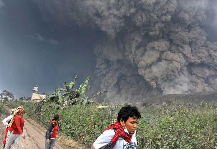 El monte Sinabung, en la provincia de Sumatra del Norte, lanzó lava y flujo a sus laderas del sur, a 4.5 kilómetros de distancia. (Agencias)