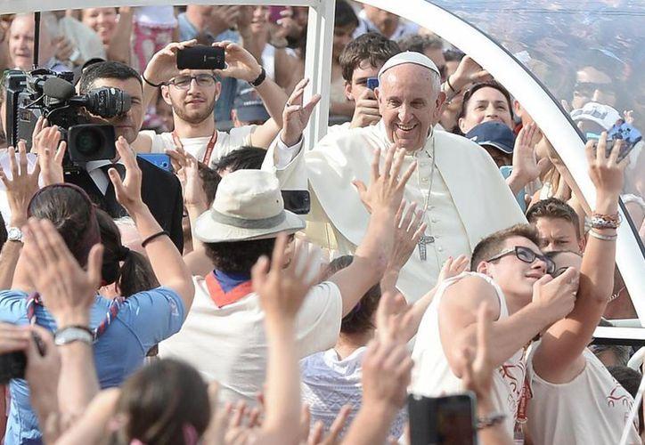 El Papa Francisco llega a una reunión con jovenes en Turín, Italia, este domingo. El Papa rezó antes ante la Sábana Santa, un pedazo de lino de cuatro metros que algunos veneran por considerarlo la mortaja de Jesús, y que se expone en la catedral de Turín. (AP Foto/Massimo Pinca)