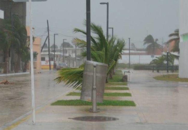 Así lució la mañana del miércoles el puerto de Progreso, Yucatán. Este panorama lluvioso desanimó a los turistas que llegaron en el crucero Carnival Triumph. (SIPSE)