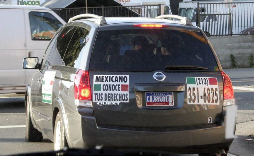 Alrededor de 10 mil yucatecos de Oxkutzcab y Cenotillo han emigrado a Estados Unidos. Imagen de contexto de un vehículo con un letrero dirigido a los inmigrantes mexicanos. (Milenio Novedades)