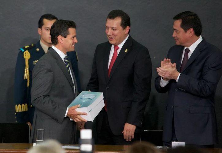 El presidente de la CNDH, Raúl Plascencia, al presentar su Informe de Labores 2012 ante el presidente Enrique Peña. (Notimex/Foto de archivo)