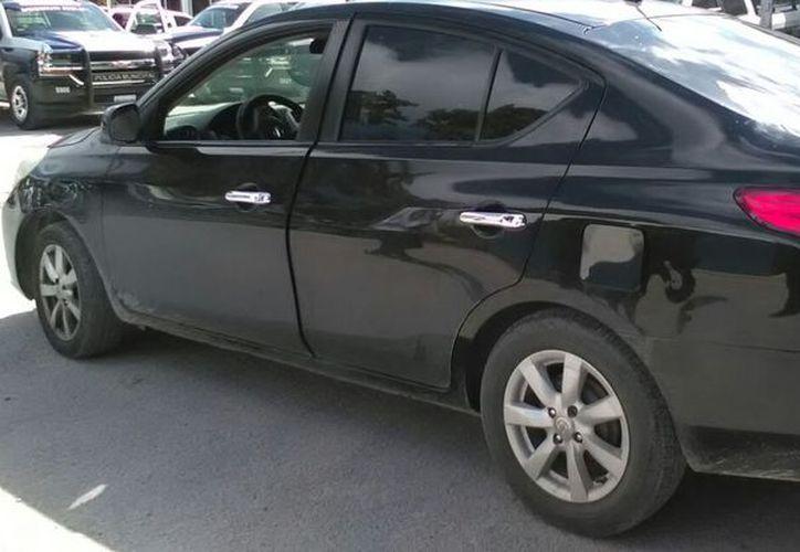 El automóvil Versa que fue asegurado por las autoridades. (Redacción)