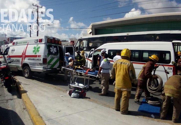 Al lugar de los hechos arribaron dos ambulancias de los Ángeles Verdes. (Eric Galindo/ SIPSE)