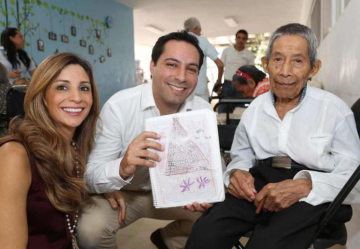 El alcalde Mauricio Vila Dosal y su esposa, María Eugenia Ortiz Abraham, presidenta del DIF municipal, convivieron previo a la celebración de la Nochebuena con residentes del Centro de Atención al Adulto Mayor (CAAM) del fraccionamiento Juan Pablo II. (SIPSE)