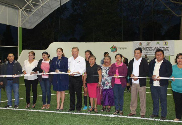 En el corte del listón inaugural estuvieron presentes los integrantes del Cabildo. (Raúl Balam/SIPSE)