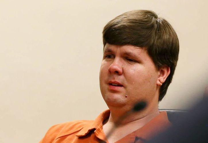 Justin Ross Harris, el padre de un niño que murió dentro de un coche en Georgia, llora durante una de sus audiencias ante el juez. (Agencias)